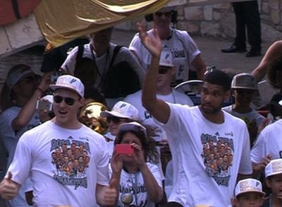 News video: Raw: San Antonio Spurs Hold Victory Parade